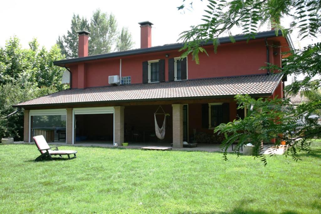 Splendida casa indipendente con parco di mq for Casa con avvolgente portico in vendita